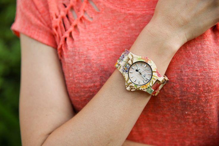 Dřevěné hodinky Wewood a jejich unikátní model Date Floral Beige. Nechte rozkvést dřevo na vaší ruce.  http://6b.cz/kv5