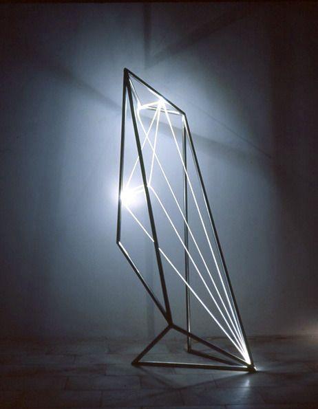 wat is dit? zuil met lichtstralen die polygonen vormen...