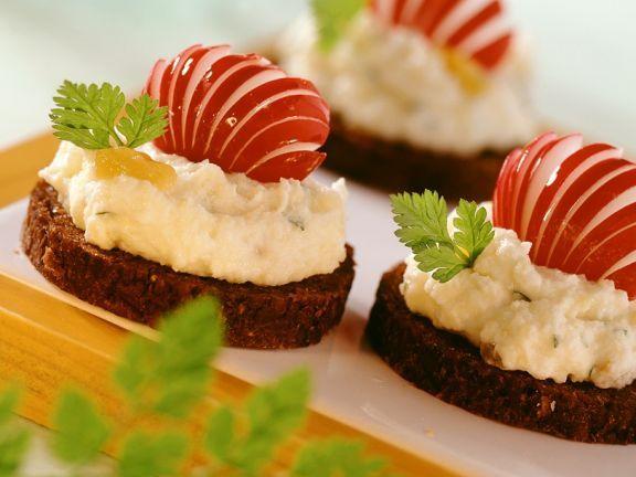 Kartoffel-Quarkaufstrich auf Pumpernickel ist ein Rezept mit frischen Zutaten aus der Kategorie Wurzelgemüse. Probieren Sie dieses und weitere Rezepte von EAT SMARTER!                                                                                                                                                                                 Mehr