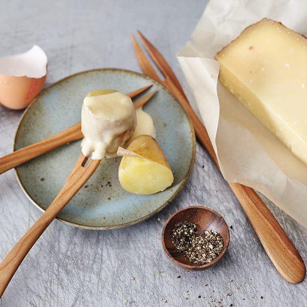 Feines aus dem Piemont: Das Käsefondue wird mit Fontina zubereitet und mit weißem Trüffel edel verfeinert. Dazu gibt es Weißbrot oder Pellkartoffeln....