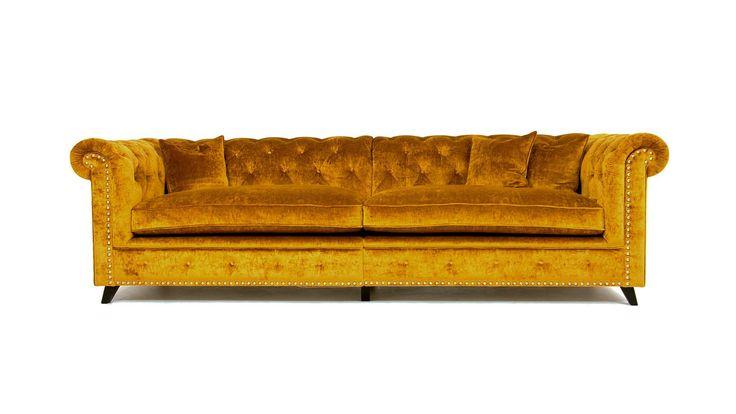 Guldig Buffeln sammetssoffa. Chesterfield, sammet, soffa, guld, gul, djuphäftad, djup, rymlig, dun, möbler, möbel, inredning, vardagsrum.