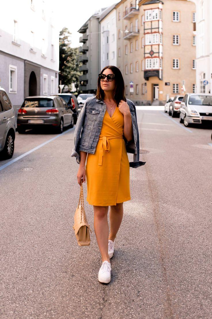 Ein gelbes Kleid kombinieren? Alltagsoutfit mit Jeansjacke und Sneakers! – Who is Mocca? – Fashion Trends, Outfits, Interior Inspiration, Beauty Tipps und Karriere Guides