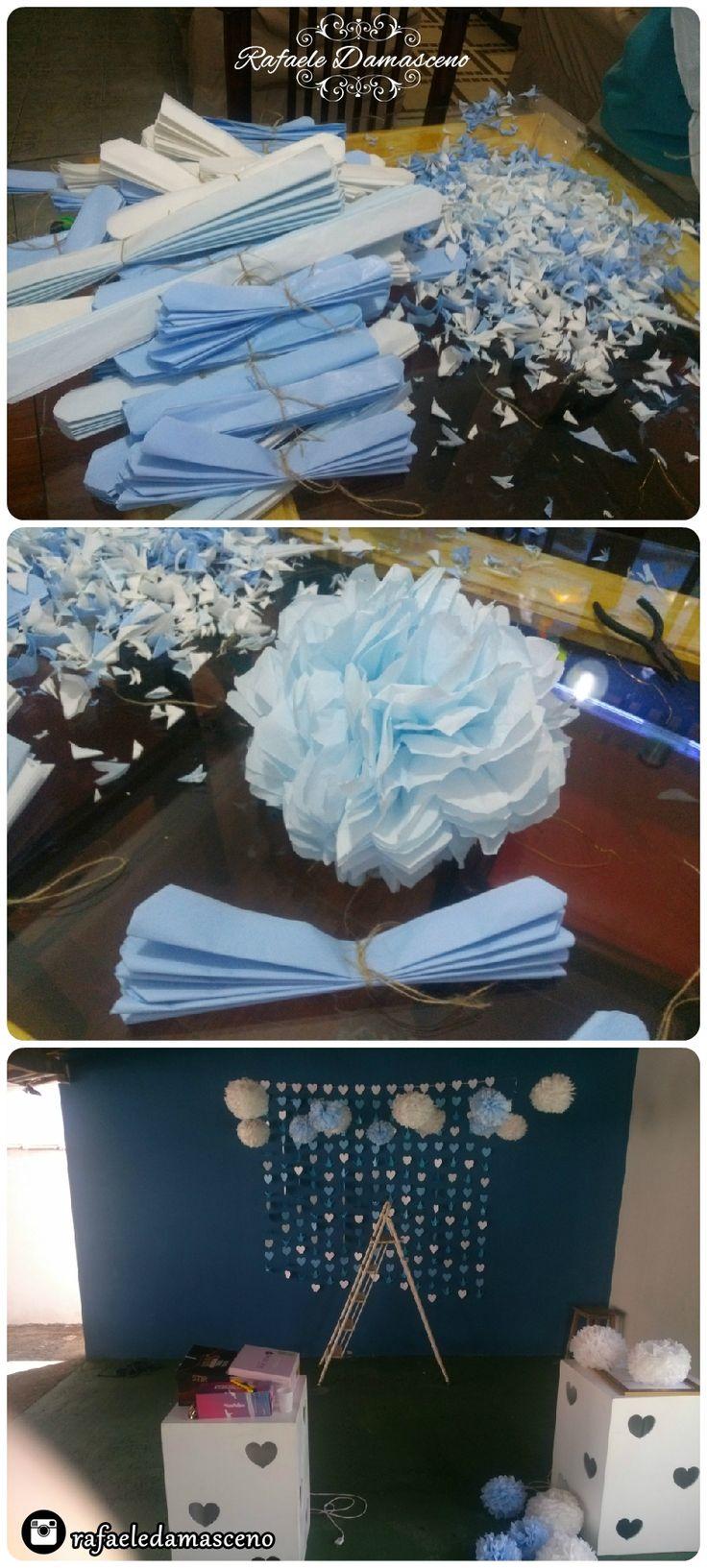 Bola de papel pom pom, feito com papel folha de seda, 10 folhas por pompom, amarrados acima da mesa com linha de nylon para pesca.