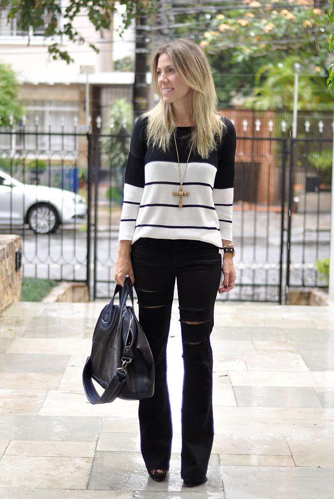 A velha dobradinha preto/branco não têm como errar.(tricot - calça - jeans - black jeans - destroyed) #FashionInspiration