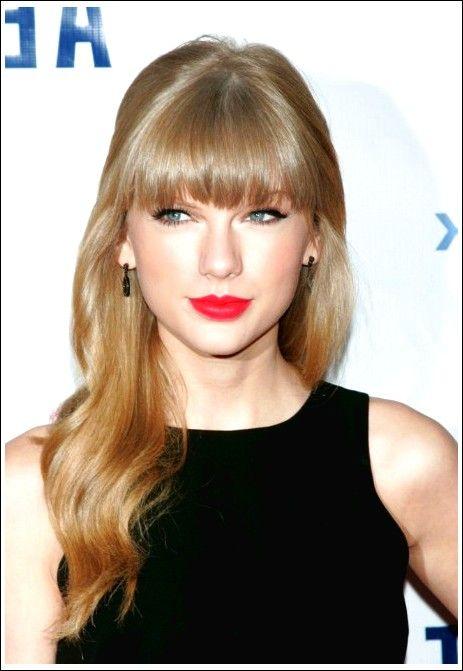 Taylor Swift lange gewellte Frisur mit vollen stumpfen Pony