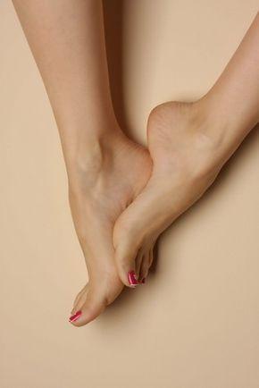Enlever la peau morte des pieds ainsi que les odeurs : faire un bain de pied avec de 1 volume d'eau tiède, rajouter un peut de Bicarbonate de Soude mélanger avec un peut de Vinaigre Blanc. Vous pouvez râper vos talons après ce petit bain avec une râpe à pied, puis hydrater les avec une crème hydratante ou du beurre de karité. À faire 1 fois par semaine pendant 30min voir 1h