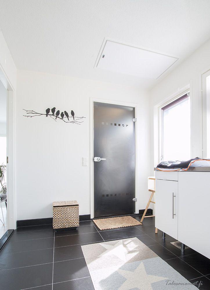 Kodinhoitohuone sijaitsee pukeutumishuoneen yhteydessä