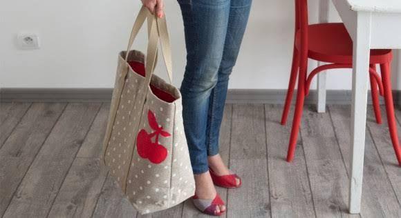 Chic et original, ce cabas aux cerises est un passe-partout qui saura accompagner une tenue citadine aussi bien qu'un vêtement de plage. Fournitures – 110 x 60 cm de toile de lin ...