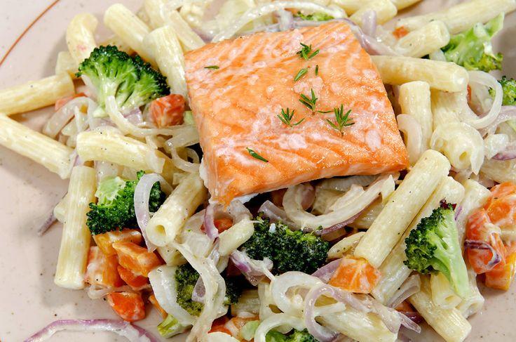 stekt laks med pasta og grønnsaker