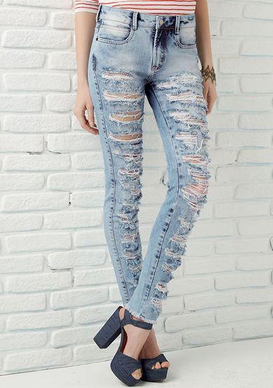 d046be123 Calça Jeans Destroyed Com Lavação Clara Na Base Berlin Dzarm | Moda ...