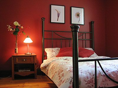 Chambre rouge chambres pinterest lieux et rouge for Chambre orange marron