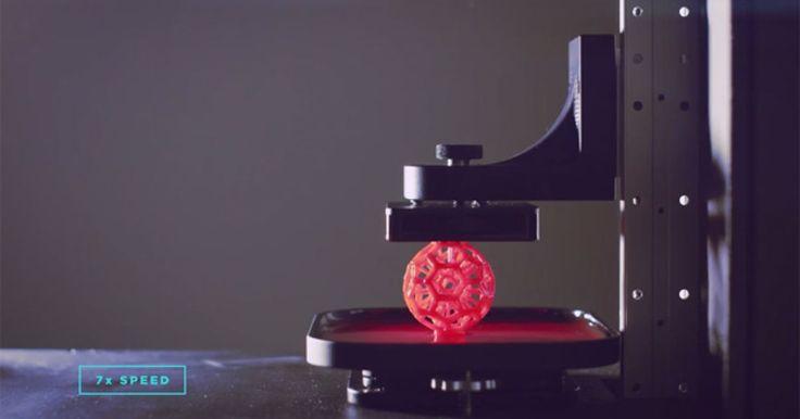 光造形樹脂を使い、従来の製品より25倍から100倍の速度で出力する3Dプリンタを米国・豪州のメーカーが相次いで発表しました。 光造形樹脂は紫外線や特定の波長の光で硬化する性質を持つ樹脂。液状の光造形樹脂レジンに紫外線レーザーを当てて成型するSLA方式の光造形3Dプリンターや、身近なところでは歯科治療用の歯の詰め物...