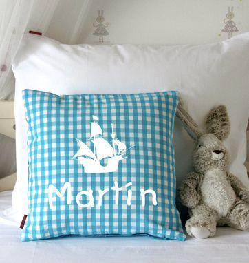 Funda de cojín personalizada con nombre o dibujo. Ideal para darle un toque nuevo a su habitación.