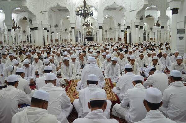 Lepaskan rutinitas ngopi semalam, wahai muda-mudi hadirlah majelis Zikir, rutin setiap malam Jum'at di Masjid Raya Baiturrahman bersama Tgk Samunzir Husen (@SamunzirHusen).