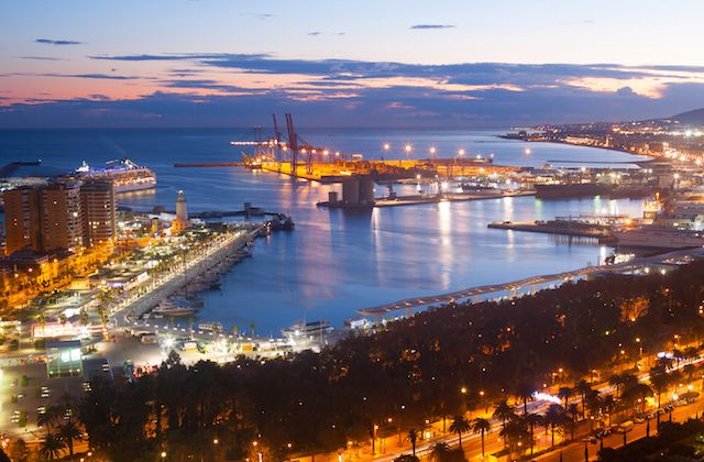 If you are planning a romantic getaway, Malaga can be your destination. It is a city that faces the sea, has large gardens and parks where you can walk, flirty places to hang out and a pleasant climate all year round.