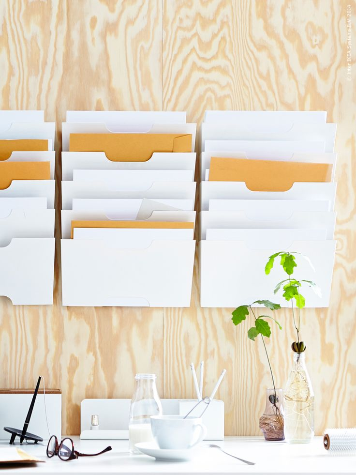 Vi gör rum för arbetsro med bra förvaring. KVISSLE arkivet håller ordning bland alla viktiga papper i hemmakontoret.