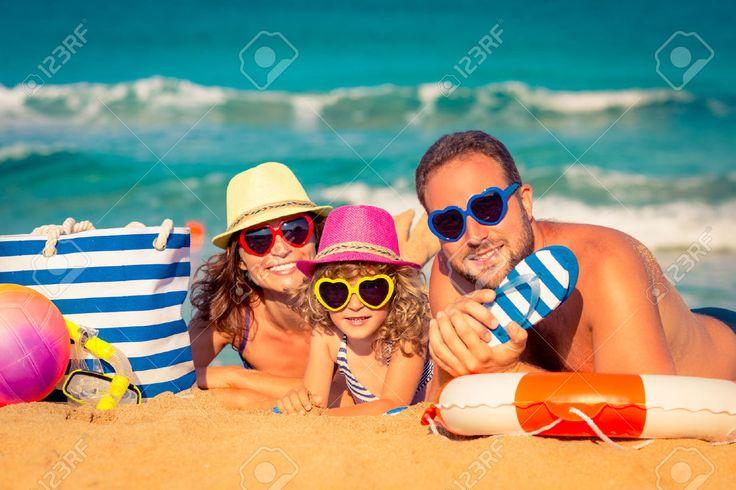 Familia Feliz Jugando En La Playa. Concepto De Las Vacaciones De Verano Fotos, Retratos, Imágenes Y Fotografía De Archivo Libres De Derecho. Image 39202304.