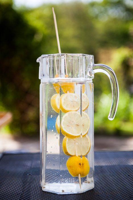 I obyčejný džbán s vodou můžete proměnit v dekoraci – stačí nenaházet citron jen tak do vody, ale napíchnout ho na dlouhou špejli. Lze to udělat i s pomerančem, jahodami – fantazii a chutím se meze nekladou; archiv redakce