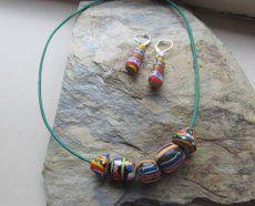 Ketting en oorbellen van kleurrijke Afrikaanse kralen