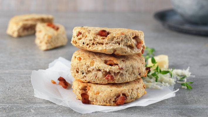 Herlige grove scones smaksatt med bacon, parmesan og timian. Disse kan du ha med…
