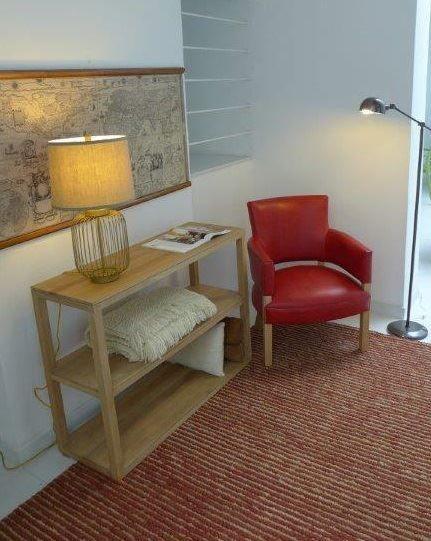 MARABIERTO - Biblioteca Parsons, butaca Biblo tapizada en cuero rojo, lámpara Carmel y Alfombra Valencia