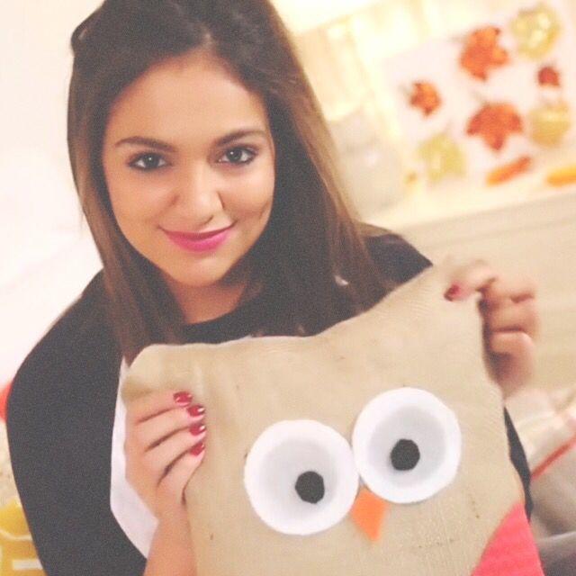 Bethany mota and her DIY owl throw pillow<3