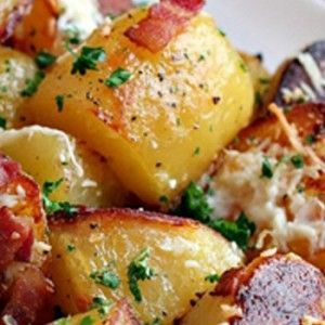 Deja de preparar papas fritas y opta por algo más saludable. ¿Qué te parecería intentar con esta receta de papas al horno? ¡Este platillo te va a encantar!