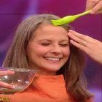 Ela passa água de batata no cabelo para escurecer os fios brancos naturalmente