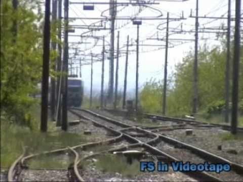 In queste riprese la E.655 057 in transito con il suo merci nella stazione di Cancello-Arnone.