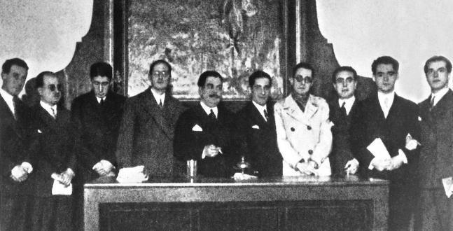 Imagen del acto fundacional en el Ateneo de Sevilla (1927) con motivo del tercer centenario de la muerte de Góngora.    Información tomada de:  http://www.juntadeandalucia.es/averroes/ceipsantateresa/generacion-27/componentes.pdf