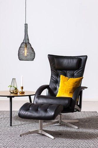 Luta dig tillbaka och njut av rörelsefrihet i 360 grader. Detta är en modern Delta-fåtölj med stilsäker snurrfot för dig som söker en komfortabel vilstol med modern design. Swing har sits- och ryggdyna i originalutförande, med lös nackkudde som kan regleras i höjdled.