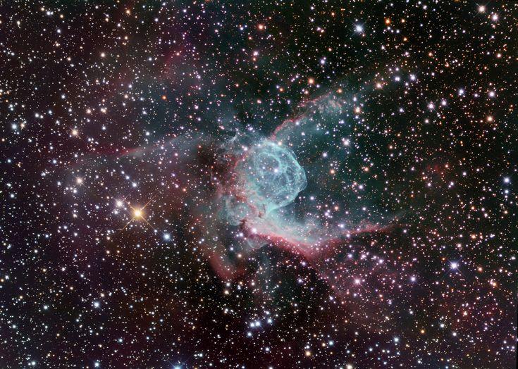 ASTRONOMÍA es la ciencia que se ocupa del estudio de los cuerpos celestes del universo, incluidos los planetas y sus satélites, los cometas y meteoroides, las estrellas y la materia interestelar, los sistemas de materia oscura, estrellas, gas y polvo llamados galaxias y los cúmulos de galaxias; por lo que estudia sus movimientos y los fenómenos ligados a ellos.