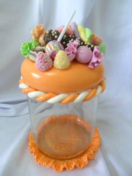 Pote de vidro decorado em biscuit . R$ 35,00