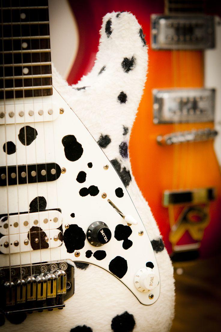 Al FIM, chitarre personalizzate per tutti i gusti con stimolanti fantasie. FIM - Fiera Internazionale della Musica. 25 | 26 Maggio 2013. Ippodromo dei Fiori | Villanova d'Albenga (SV). www.fimfiera.it