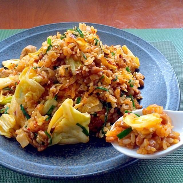 残りご飯少なくなっちゃったけど、炊くのも微妙な量だったのでたっぷりキャベツと納豆で重増し うぉ〜❗️美味しそう、キムチ炒飯やった〜ヽ(´∀`)ノの息子の歓声に旦那君も惹かれてパクリ納豆にびっくりしてたけど美味しいと食べてってくれたwww - 73件のもぐもぐ - Pork&natto kimchi fried rice豚肉キムチ納豆チャーハン by honeybunnyb