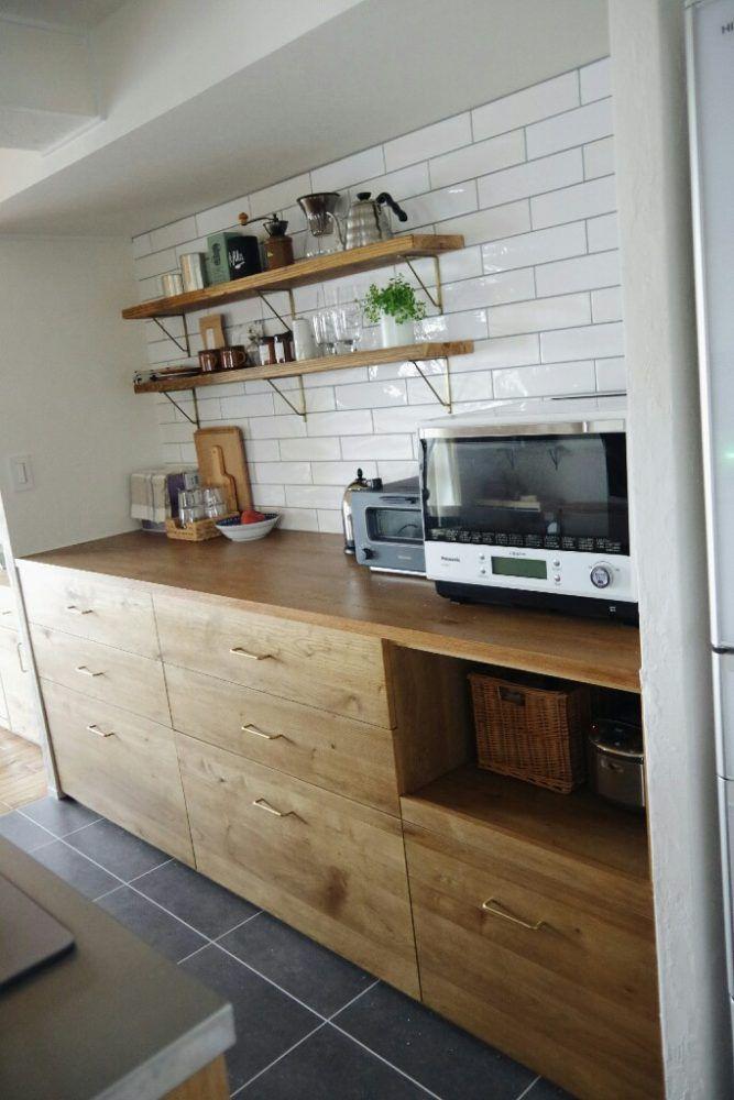 キッチン背面収納をおしゃれ造作棚に 寸法奥行も公開 引き戸なし木製カウンターがおすすめ ブログ リノベと暮らしとインテリア ここゆこ キッチン Pinterest Interiors Architecture Design And Drawers