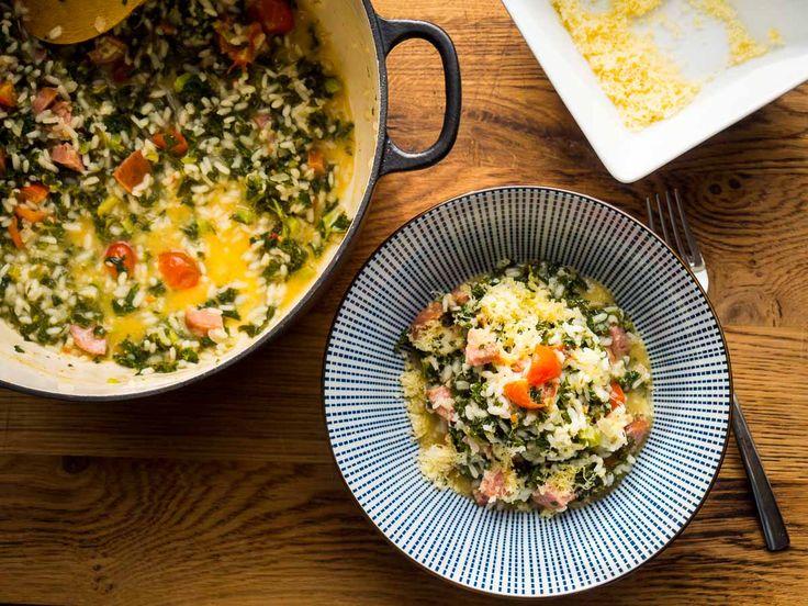 In de winter staat bij menigeen een boerenkoolstamppot met rookworst op tafel. En dit recept is daar eigenlijk een Italiaanse variant op. Geen aardappels, maar rijst. En daarmee maak je deze risotto met boerenkool en rookworst. De bereiding is eenvoudig, maar je hebt wel een beetje geduld nodig om de risotto gaar te krijgen. Snipper […]