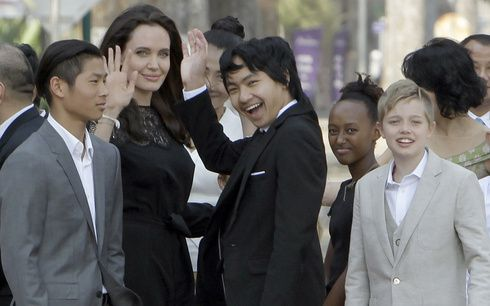 ブラッド・ピットとの離婚申請後初! アンジェリーナ・ジョリーが監督作のプレミアに子どもたちと出席