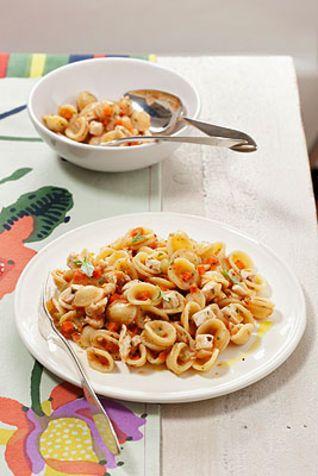 Orecchiette con ragù di pollo e verdure Un saporito primo piatto a base di pollo e verdure di stagione