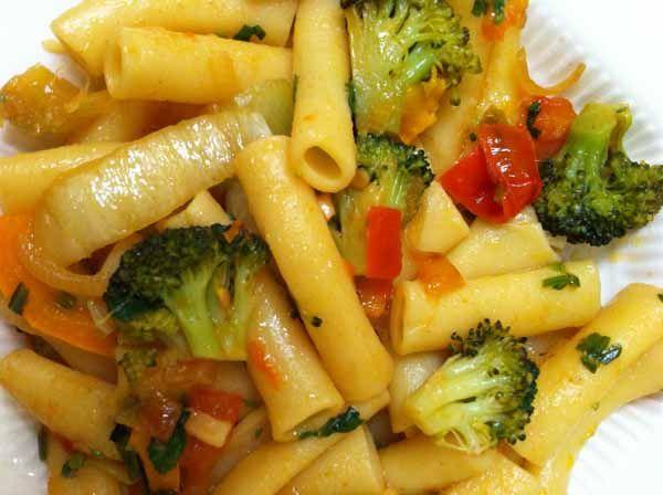 Вермишель (макароны) отварная с овощами с растительным маслом.