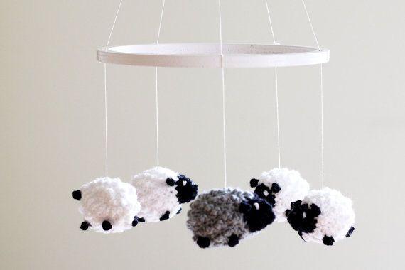 Baa baa, zwarte schaap, Heb je wol? Deze gehaakte schapen hebben tal van wol en ze zijn zacht en volumineus. Kalmeren uw baby om te slapen met deze gehaakte schapen mobiele of zachte spelen als je kleintje horloges hoe de zacht en volumineus schapen draaien en zwaaien. De baby wieg mobiele bestaat uit vijf gehaakte schapen: vier van hen komen in zwart-wit en een haak in grijs en zwart is. De kleurencombinatie van elke is mogelijk dus laat me weten als je een andere keuze van kleuren of de…