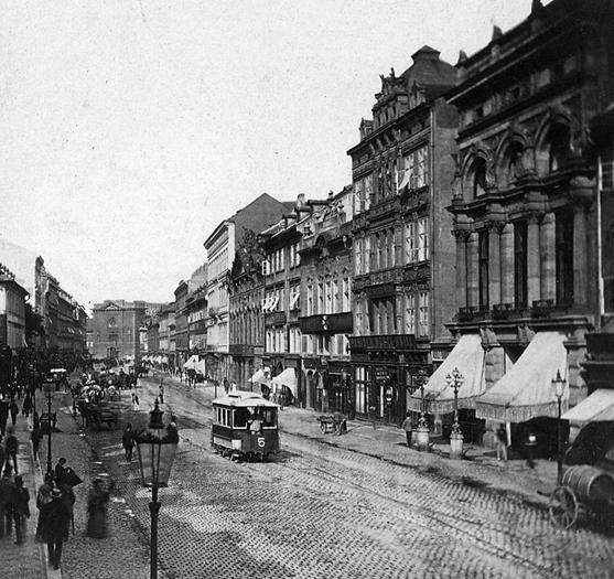 Jedna z nejstarších fotografií pražské tramvaje, která jede po Příkopech. Fotografie byla pořízena mezi rokem 1875, kdy byl zahájen provoz koňky a rokem 1881, kdy byla na Přikopech dostavěna druhá kolej. - (Foto: František Fridrich)