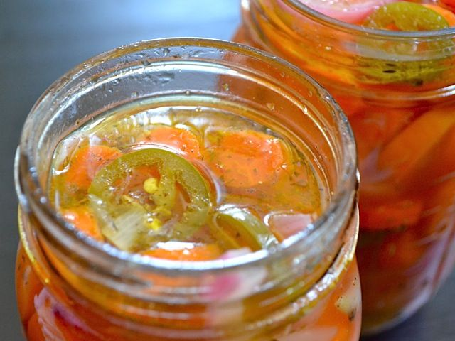 Canning: Spicy Pickled Carrots // #preserving #fruit #vegetables