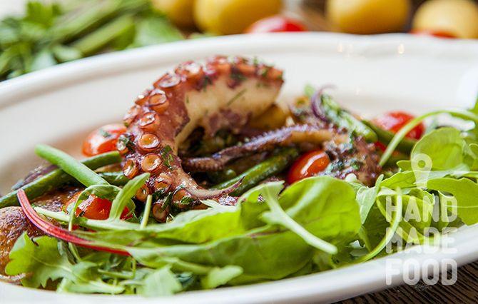 Теплый салат с осьминогом, картофеля черри, томатами и стручковой фасолью! http://handmadefood.ru/recipes/teplyy-salat-s-osminogom