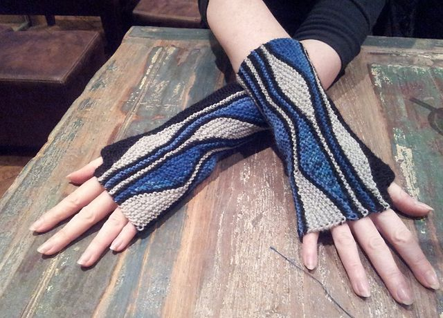 Ravelry: Mixed Wave Mitts pattern by Sybil Ramkin - Free pattern