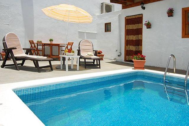 Description: Vakantiehuis met veel privacy in een prachtige omgeving Romantisch en gezellig Dit romantische en gezellig ingerichte huis Casa Samuel heeft eenmooie ligging aan de rand van het dorp Las Vegas. Als je zo ?s avonds nog even lekker in de tuin zit te lezen is het enige geluid het zingen van de vogels want anders dan zijn naamgenoot in Amerika is het Las Vegas van Tenerife uiterst rustig. De meeste huizen in het dorp zijn mooi gerenoveerd waarbij veel van de authentieke details…