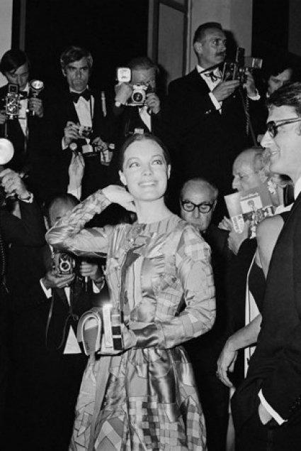 Romy Schneider en 1969 au Festival de Cannes  Un an après avoir tourné « La Piscine » aux côtés de son ex-fiancé Alain Delon, elle monte les marches du Festival de Cannes accompagnée de son mari Harry Meyen, le sourire aux lèvres, sous les flashs des photographes.