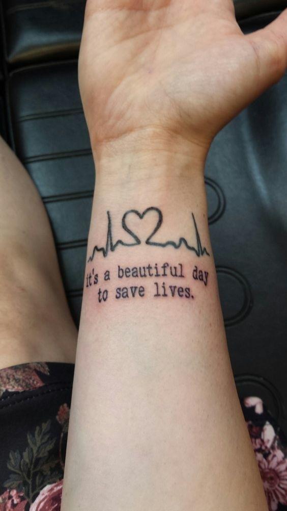 """""""Grey's Anatomy"""" talvez não acabe nunca, mas assim você garante que ela ficará sempre com você MESMO.   19 tatuagens que só quem ama seriados vai entender"""