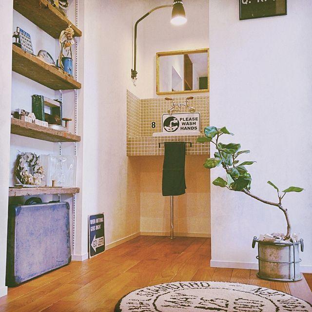 女性で、4LDKの足場板/古い物/ヴィンテージ/男前/カフェ風/日本住建…などについてのインテリア実例を紹介。「玄関を入るとこんな風景。お気に入りの場所の一つです( ´ ▽ ` )   これが引きの限界!」(この写真は 2015-07-07 06:23:31 に共有されました)