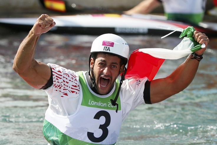 El Italiano Daniele Molmenti luego de ganar la final del kayak  (K1)  en los Juegos Olímpicos de Londres 2012 el  01 de agosto de 2012.